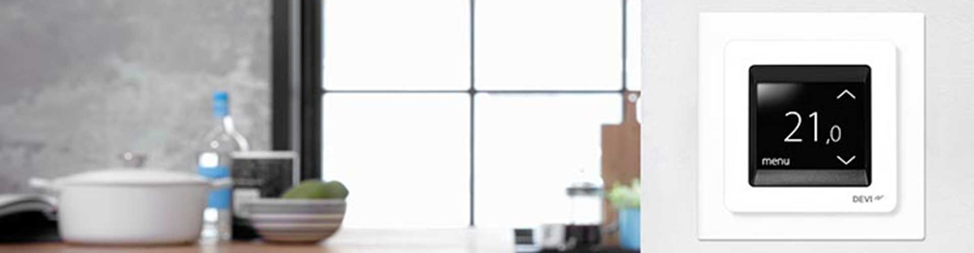 Termostat do ogrzewania podłogowego zamontowany w salonie